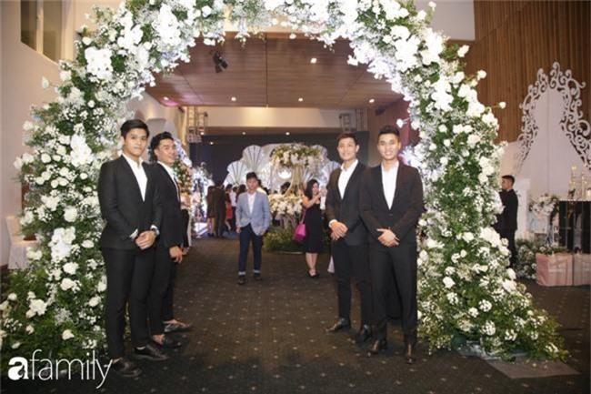 Tiết lộ kinh phí tổ chức tiệc cưới con gái Minh Nhựa đã lên tới 20 tỷ đồng, riêng tiền hoa trang trí đã là 700 triệu!-5