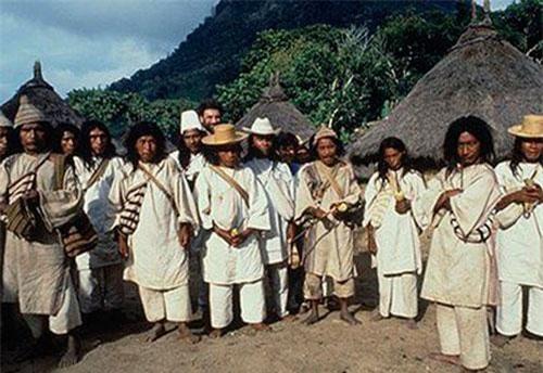 """Bộ tộc quanh năm ẩn mình trong rừng và """"tiên đoán"""" diễn biến thế giới như thần. (Ảnh Theguardian)"""