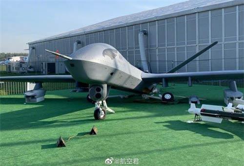 Theo các mạng quân sự Nga, tại triển lãm hàng không MAKS-2019 đã xảy ra sự kiện hy hữu - máy bay không người lái trinh sát - tấn công Wing Loong II do Trung Quốc sản xuất bất ngờ bị gãy cả ba càng bánh đáp, đổ sập hoàn toàn, hư hỏng nặng. Ảnh: Dambiev
