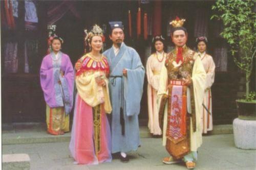 Hướng Mai (hoàng hậu), Lôi Minh (quốc vương Ô Kê) và Uông Hải Ninh (thái tử)trong tập 13 quay lại năm 1987 tại Võng Sư viên, Tô Châu.