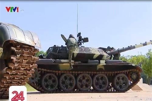 """Trưa 1/9, trong chương trình phóng sự của VTV24 về chiến thắng kỳ tích của đội tuyển xe tăng Việt Nam tại hội thao quân sự quốc tế Army Games 2019, lần đầu tiên khán giả cả nước đã được """"diện kiến"""" những chiếc xe tăng T-54M hiện đại do nền công nghiệp quốc phòng Việt Nam tự lực nâng cấp. Ảnh: VTV24"""