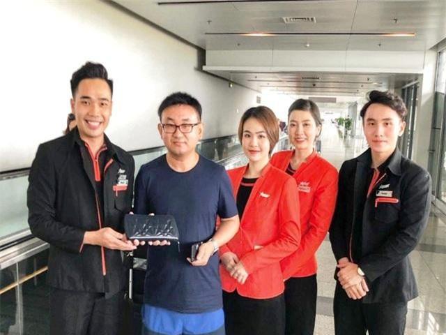 tổ tiếp viên Jetstar Pacific đã tiến hành lập biên bản ghi nhận sự việc và tiến hành bàn giao lại cho hành khách.