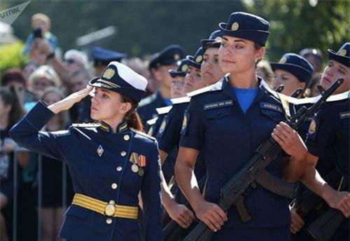 Trường Không quân Cấp cao Krasnodar được đặt theo tên của Anh hùng Liên Xô Anatoly Serov bắt đầu tái đào tạo nữ phi công quân sự từ năm 2017. Trong ảnh, nữ đội trưởng, sĩ quan huấn luyện và các học viên của trường Krasnodar trong buổi lễ tuyên thệ.