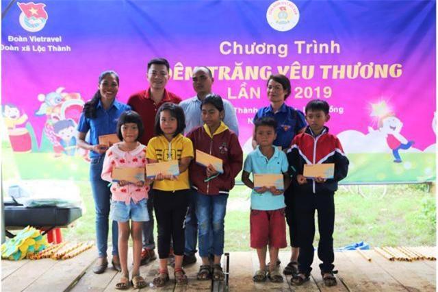 Đại diện Vietravel trao học bổng cho các em học sinh nghèo vượt khó