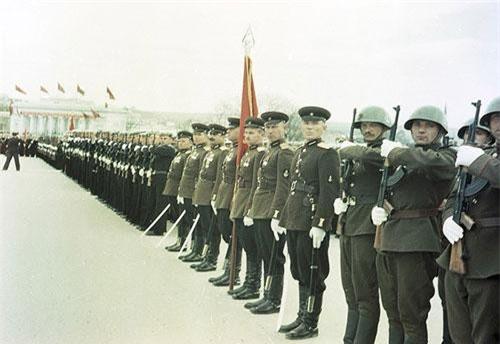 """Trong thành phần Lực lượng Vũ trang Liên bang CHXHCN Xô Viết, lục quân hay còn được gọi là Quân đội Liên Xô (biệt danh """" Hồng quân Liên Xô"""") được coi là thành phần lớn nhất với quân số thường trực năm 1991 đạt 3,66 triệu người, chưa kể 4,12 triệu lính dự bị. Nguồn ảnh: Visualhistory"""