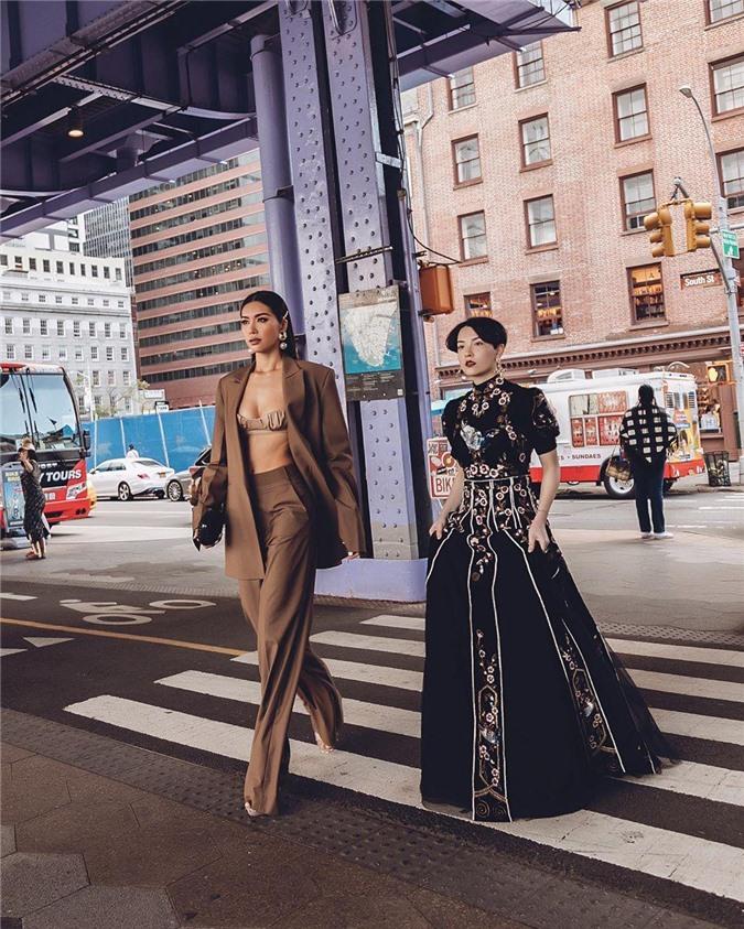 Minh Tú bất ngờ xuất hiện tại tuần lễ thời trang New York, nàng Hoa hậu Siêu quốc gia châu Á 2018 diện bộ suit màu nâu theo phong cách menswear. Đi cùng Minh Tú trong chuyến đi lần này còn có cô nàng Trần Hồng Xuân. Được biết Minh Tú và Hồng Xuân được mời tham sự show diễn của Jason Wu.