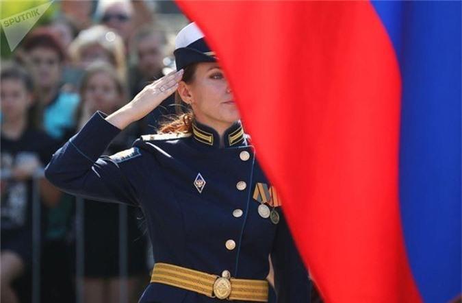 Ngam nu sinh truong khong quan Nga hut hon trong ngay khai giang-Hinh-3