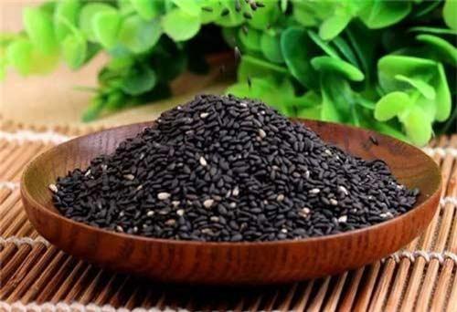 Vừng đen chứa một loạt các axit amin thiết yếu, chất sắt và vitamin E, vitamin B1 giúp thúc đẩy sự trao đổi chất của cơ thể, ngăn ngừa thiếu máu. Ảnh: joyvn.