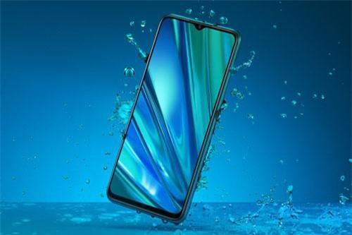 Realme Q có khả năng chống nước khi đi trời mưa hoặc vô tình làm đổ nước vào.