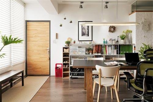 Vì thường xuyên làm việc tại nhà, một chiếc bàn gỗ đặt ở trung tâm để chủ nhân có nơi làm việc và sáng tạo.
