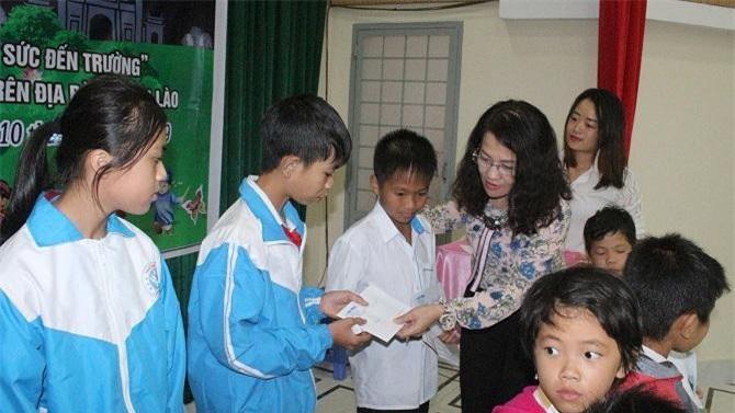 Bà Hồ Thị Lan, Tổng Biên tập Báo Lâm Đồng trao học bổng cho các em học sinh (Ảnh: VH)