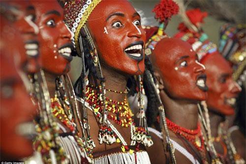 Đàn ông trong bộ lạcWodaabe tham gia điệu nhảy truyền thống