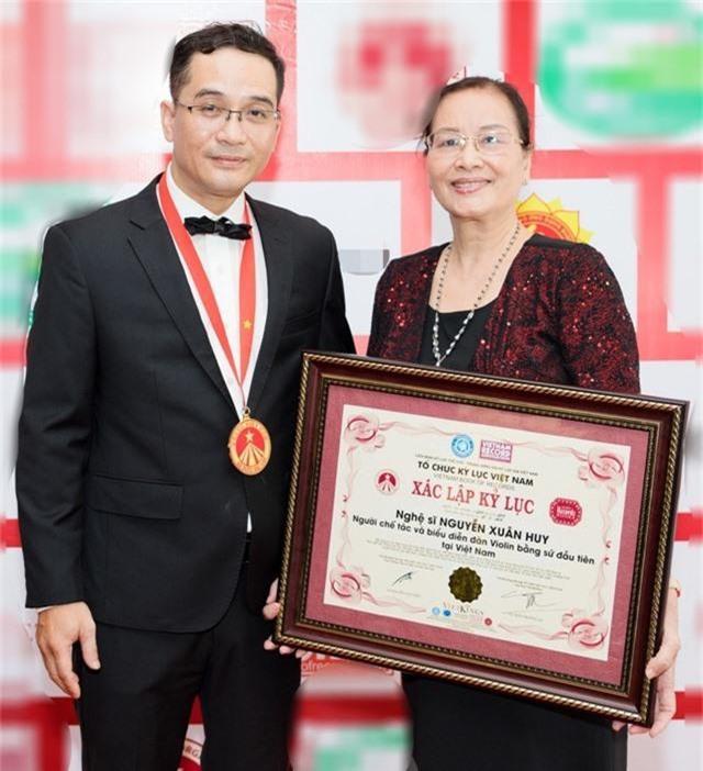 Khánh Thi tiết lộ anh trai nhận kỷ lục Việt Nam về chế tác violin bằng sứ - 7