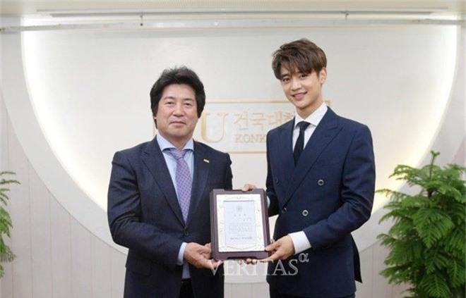 Trường đại học hot hit xứ Hàn hội tụ toàn idol, diễn viên hạng A: Mỹ nam BTS quá đỉnh, Lee Min Ho và Changmin cùng ngành - Ảnh 3.