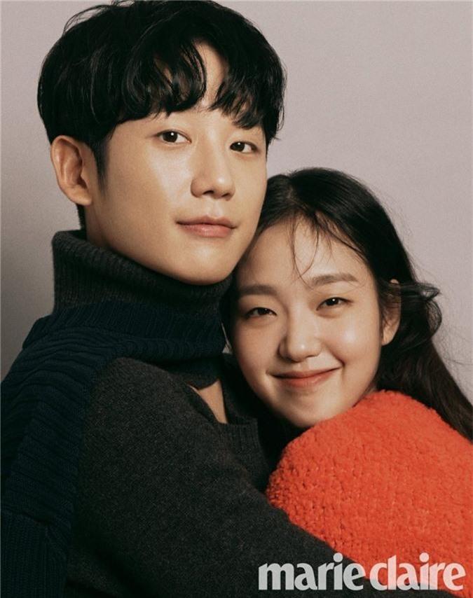 tune-in-for-love-pha-vo-ki-luc-phong-ve-phim-cua-song-joong-ki-jung-hae-in-va-kim-go-eun-tinh-tu-tu-phim-den-hau-truong-411c2d