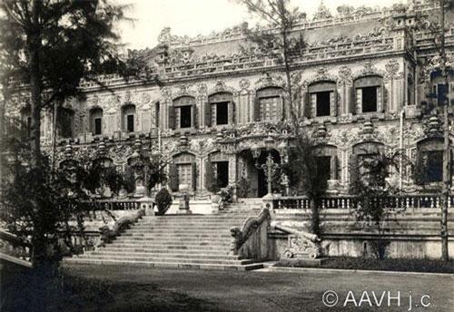 Mặt tiền của điện Kiến Trung, Tử Cấm Thành Huế năm 1930. Là một cung điện nằm ở điểm cực Bắc của trục thần đạo xuyên qua trung tâm Tử Cấm Thành, điện Kiến Trung được vua Khải Định cho xây vào năm 1921-1923 để làm nơi sinh hoạt của vua trong hoàng cung. Ảnh: Aavh.org.