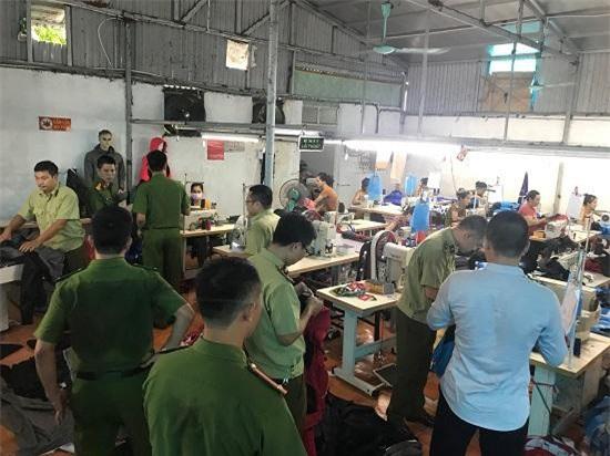 Đột xuất kiểm tra, 30 công nhân tại xưởng vẫn làm việc bình thường