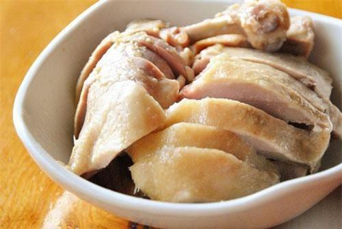 Bỏ chút muối và rượu trắng khử mùi hôi của vịt.