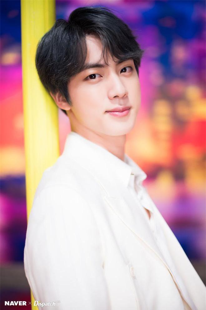 Anh cả điển trai Jin (BTS) từng gây sốt vì định vào cả 2 ngôi trường danh tiếng là ĐH Konkuk và ĐH Sejong, tuy nhiên vì không có thời gian theo học kép vì lịch trình nên anh đã chọn ĐH Konkuk. Anh cả BTS đã tốt nghiệp Khoa Điện ảnh & Nghệ thuật thị giác theo chuyên ngành diễn xuất và nghệ thuật
