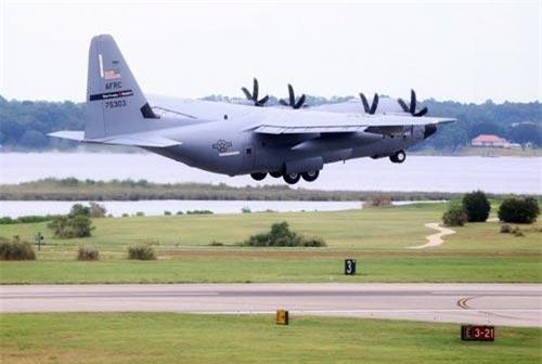 Kể từ khi ra đời tới nay, máy bay săn bão WC-130 đã có rất nhiều phiên bản cải tiến khác nhau và tới nay, phiên bản được Không quân Mỹ sử dụng nhiều nhất là bản WC-130J. Nguồn ảnh: BI.