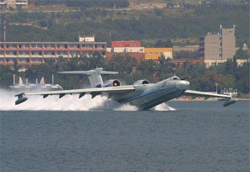 Theo nhật báo Izvestia, Hải quân Nga sẽ nhận được các thủy phi cơ lớn nhất thế giới A-42 Albatros trong tương lai gần. Đáng chú ý, thiết kế A-42 từng bị đình chỉ vào năm 1993, nhưng bây giờ dự án đã được tái chấp nhận sử dụng và đang trải qua hiện đại hóa trở thành máy bay săn ngầm, có khả năng phát hiện – theo dõi – tiêu diệt mục tiêu bằng ngư lôi, bom chìm… Ảnh: Wikipedia