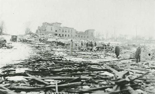 Vào ngày 6/12/1917, tại bến cảng Halifax ở thành phố Halifax, Nova Scotia, Canada đã xảy ra một vụ nổ kinh hoàng, được coi là có sức tàn phá lớn nhất trong lịch sử đất nước Bắc Mỹ này.