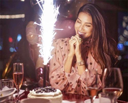 Hoa hậu Hoàn vũ Việt Nam 2015 Phạm Hương vừa hạnh phúc đón tuổi 28. Người đẹp gốc Hải Phòng hạnh phúc chia sẻ món quà mà bạn trai tặng nhân dịp bước sang tuổi mới là chiếc nhẫn kim cương lớn.