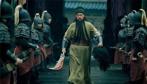 Quan Vũ dùng Thanh Long đao chém đầu tướng Hoa Hùng của Đổng Trác (Ảnh minh họa từ phim ảnh: Internet)