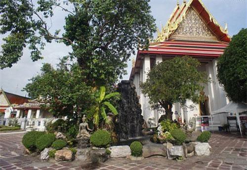 Trong khuôn viên của Wat Pho - ngôi chùa lớn nhất và cổ nhất ở thủ đô Bangkok của Thái Lan có một điện thờ đặc biệt, được xây dựng với quy mô rất bề thế.