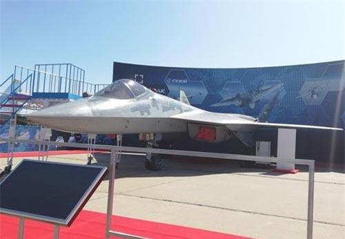 Trong khuôn khổ triển lãm hàng không quốc tế Moskva - MAKS 2019, hình ảnh thu hút nhiều sự quan tâm nhất của giới truyền thông chính là Tổng thống Thổ Nhĩ Kỳ Tayyip Erdogan quan sát rất kỹ tiêm kích tàng hình Su-57E