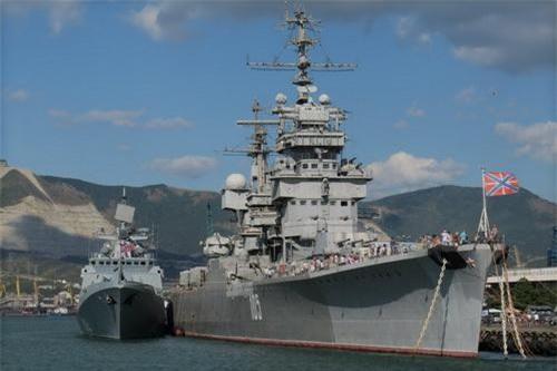 Tuần dương hạm Mikhail Kutuzov  lớp Sverdlov neo đậu bên cạnh khinh hạm Đô đốc Grigorovic có lượng giãn nước 4.000 tấn. Ảnh: TASS.