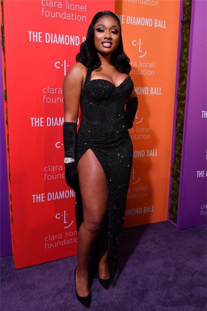 Siêu thảm tím hot nhất hôm nay: Cardi B lột xác lồng lộn, lấn át cả host Rihanna, mỹ nhân khoe ngực khủng gây chú ý - Ảnh 11.
