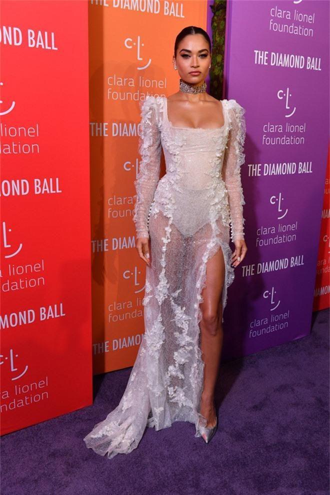 Siêu thảm tím hot nhất hôm nay: Cardi B lột xác lồng lộn, lấn át cả host Rihanna, mỹ nhân khoe ngực khủng gây chú ý - Ảnh 12.