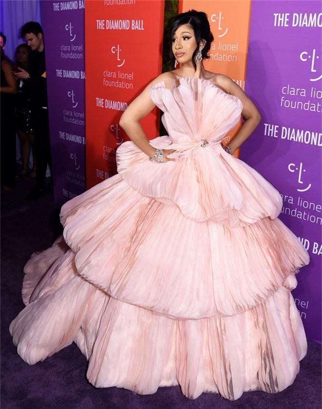 Siêu thảm tím hot nhất hôm nay: Cardi B lột xác lồng lộn, lấn át cả host Rihanna, mỹ nhân khoe ngực khủng gây chú ý - Ảnh 2.