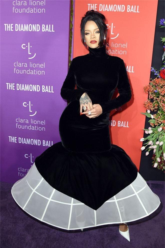 Siêu thảm tím hot nhất hôm nay: Cardi B lột xác lồng lộn, lấn át cả host Rihanna, mỹ nhân khoe ngực khủng gây chú ý - Ảnh 3.