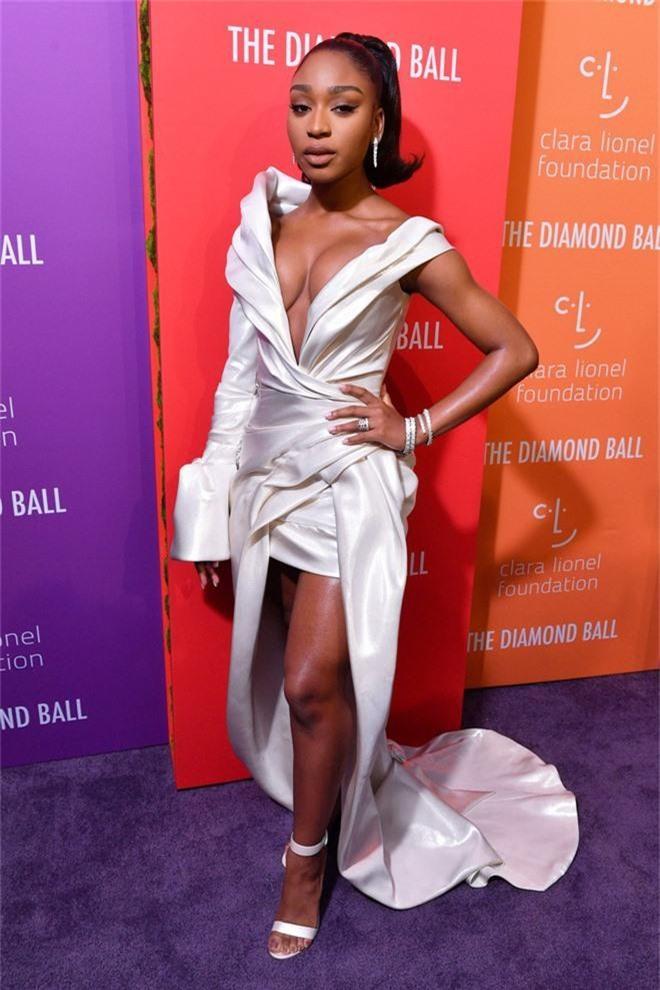 Siêu thảm tím hot nhất hôm nay: Cardi B lột xác lồng lộn, lấn át cả host Rihanna, mỹ nhân khoe ngực khủng gây chú ý - Ảnh 4.