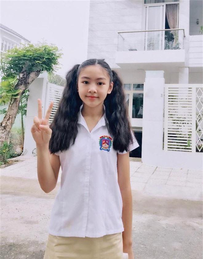 Toàn diện dresscode nhưng nhà MC Quyền Linh vẫn không giấu nổi công chúa Lọ Lem xinh như hoa hậu, chân dài miên man - Ảnh 4.
