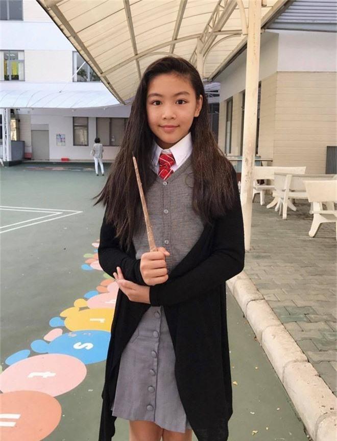 Toàn diện dresscode nhưng nhà MC Quyền Linh vẫn không giấu nổi công chúa Lọ Lem xinh như hoa hậu, chân dài miên man - Ảnh 5.