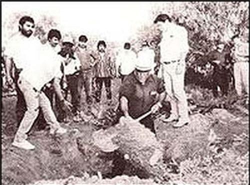 Cảnh sát tiến hành khai quật tại Rancho Santa Elena. Ảnh: AP.