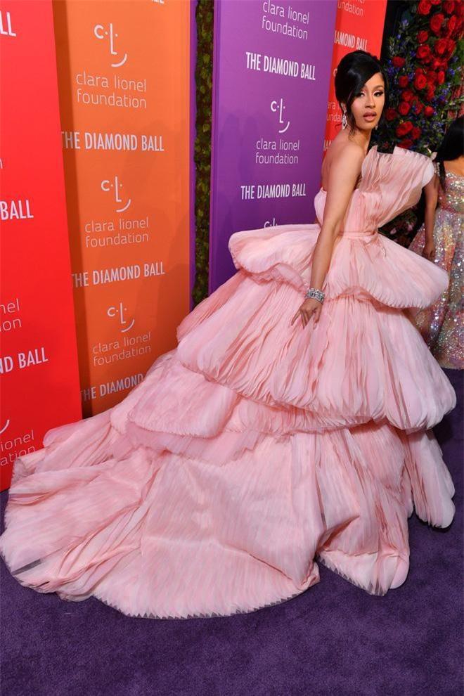 Cardi B lồng lộn như một nữ hoàng trên thảm tím Diamond Ball