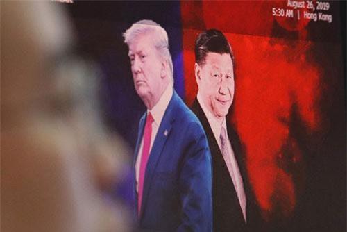 Một màn hình máy tính hiển thị hình ảnh của Tổng thống Mỹ Donald Trump và Chủ tịch Trung Quốc Tập Cận Bình.