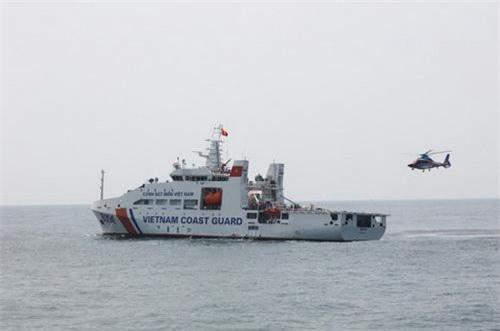 Trực thăng EC-155B1 thử nghiệm cất hạ cánh trên tàu CSB 8004. Ảnh: Cảnh sát biển Việt Nam.