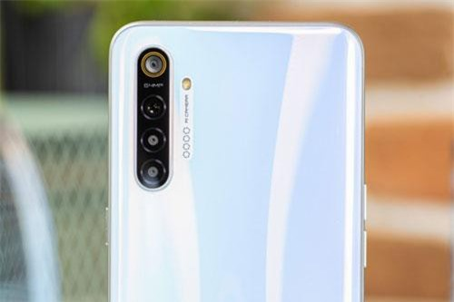 Điểm nhấn đáng chú ý nhất của Realme XT là việc máy sở hữu 4 camera sau với cảm biến chính 64 MP, khẩu độ f/1.8 cho khả năng lấy nét theo pha. Cảm biến thứ hai 8 MP, f.2.2 cho ống kính góc rộng 119 độ.Cảm biến thứ ba 2 MP, f/2.4 giúp tăng độ sâu trường ảnh, chụp ảnh xóa phông. Ống kính macro 2 MP, f/2.4. Bốn camera này được trang bị đèn flash LED, quay video 4K.