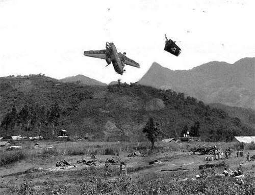 Khoảnh khắc chiếc máy bay vận tải hạng nhẹ C-7B Caribou bị trúng đạn pháo của quân ta, tấm ảnh được trưng bày tại Bảo tàng chứng tích chiến tranh. Ảnh: Hiromichi Mine.