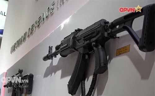 Súng trường tấn công GK1 (vị trí gần) và GK3 (vị trí xa) do Việt Nam chế tạo. Ảnh: Truyền hình Quốc phòng Việt Nam.