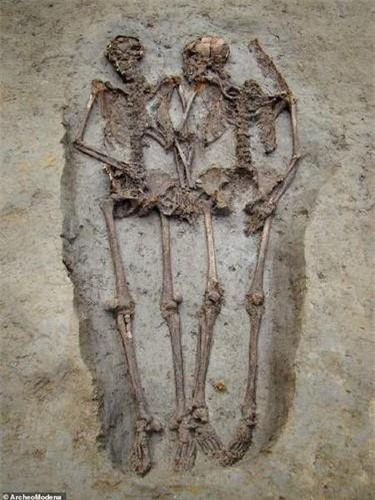 Vào năm 2009, các chuyên gia phát hiện 2 hài cốt nam giới tay nắm tay trong mộ cổ ở Italy khi thực hiện một cuộc khai quật.