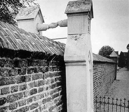 1. Vẫn nắm chặt tay nhau sau khi chết: Người phụ nữ theo Thiên chúa giáo, còn chồng bà theo đạo Tin lành, nên khi chết, hai người không được phép chôn cùng nhau. Ông JWC van Gorcum là trung tá kỵ binh và cảnh sát trưởng ở Limburg. Khi qua đời, ông được chôn cất trong khu vực Tin lành ở nghĩa trang. Vợ ông là bà George W van Aefferden thì được chôn tại khu Thiên chúa giáo. Hai người đã kết hôn năm 1842 khi bà Aefferden mới 22 tuổi và JWC van Gorcum 33 tuổi nhưng ông không thuộc giới quý tộc.
