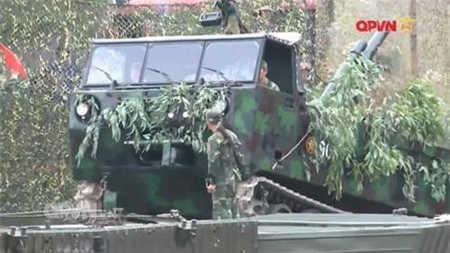Pháo mặt đất M101 cỡ 105 mm được tích hợp trên khung xe bánh xích M548. Ảnh: Quốc phòng Việt Nam