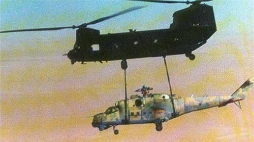 Trực thăng vận tải CH-47 Chinook đang cẩu chiếc Mi-25 mà tình báo Mỹ đánh cắp được. Ảnh: National Interest.