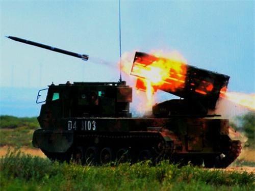 Giàn phóng pháo phản lực được Trung Quốc tích hợp trên khung xe thiết giáp bánh xích. Ảnh: China Military.